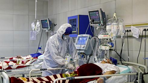 Un médico trata a un paciente con coronavirus en Irán
