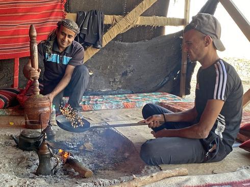 קליית קפה באוהל של עדנאן