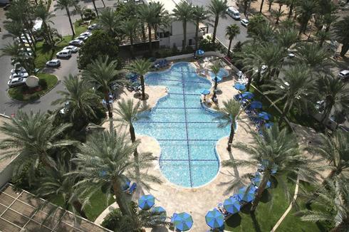 הבריכה המחולקת במלון קיסר