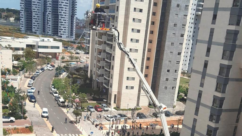 Пожарные пытаются добраться до огня, но лестница - слишком короткая. Фото: частный архив