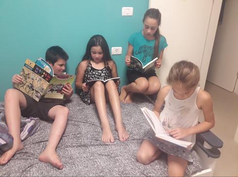 הכירו את הילדים שמנצלים כל רגע ביום כדי לקרוא