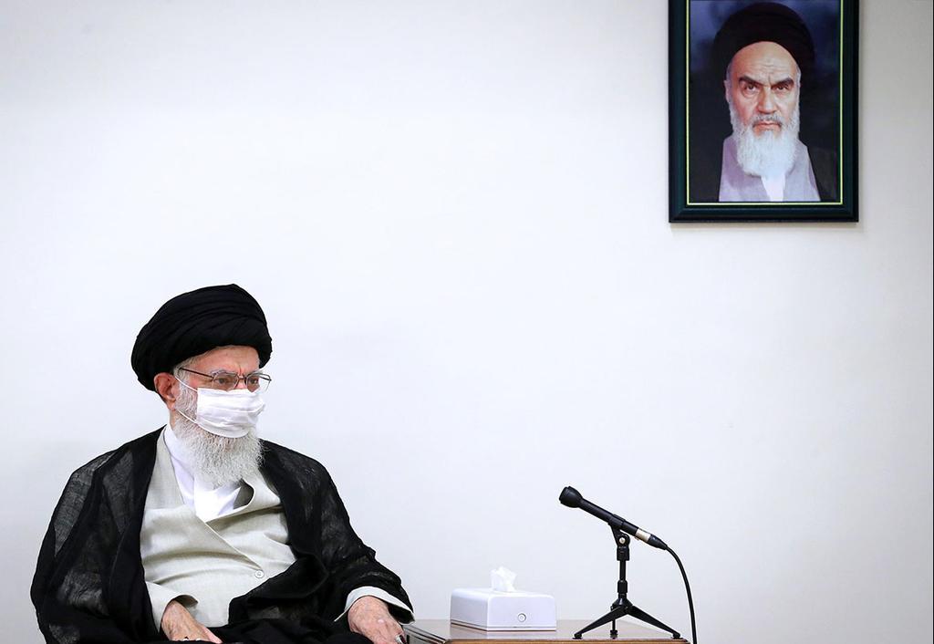 המנהיג העליון של איראן עלי חמינאי עוטה מסכה נגיף קורונה