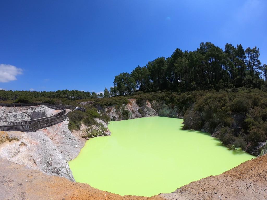 מינרלים שצובעים את המים במעיינות הגאו-תרמיים
