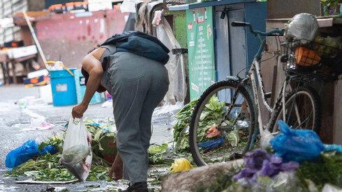 אנשים מחפשים אוכל בפחים בצל משבר הקורונה
