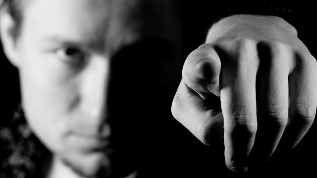 שחור לבן האשמה אשמה אשם מצביע אצבע מאשימה