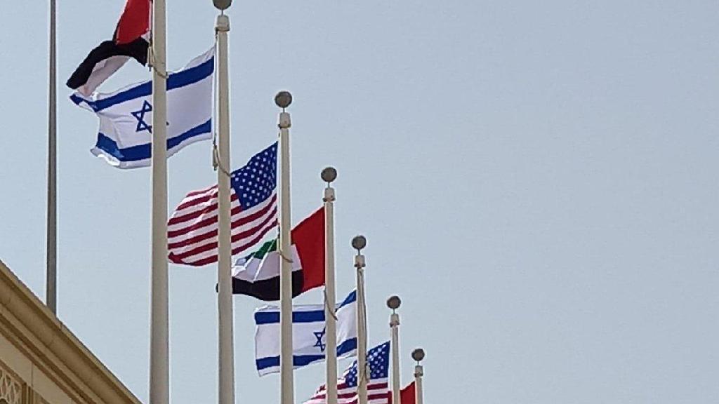 """דגלים ישראל ארה""""ב ב נמל תעופה אבו דאבי איחוד האמירויות"""