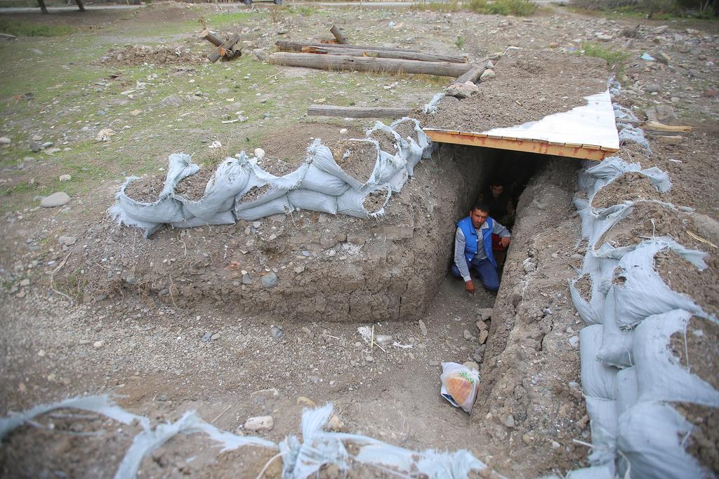 אזרחים בעיירה טרטר אזרבייג'ן תופסים מחסה קרבות באזור נגורנו קרבאך
