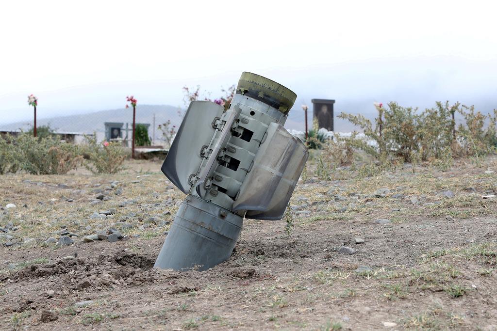 נפל של רקטה ששיגרו כוחות אזרבייג'ן ב נגורנו קרבאך ב קרבות עם ארמניה