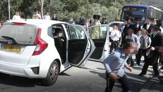 ילדים חרדים זורקים אבנים על רכב
