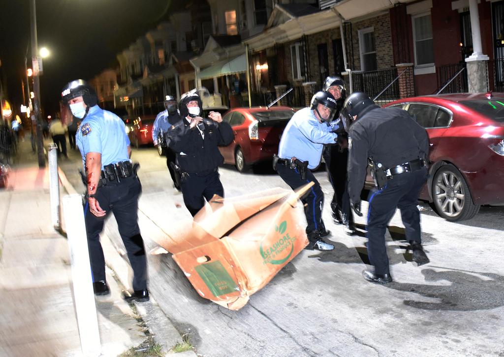 """הפגנה מהומות ב פילדלפיה לילה שני של מחאה ירי משטרתי וולטר וואלאס צעיר שחור ארה""""ב"""