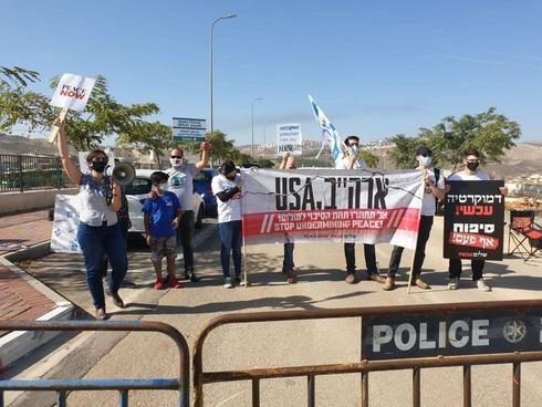 הפגנת תנועת שלום עכשיו בסמוך ליקב בו ביקר פומפאו