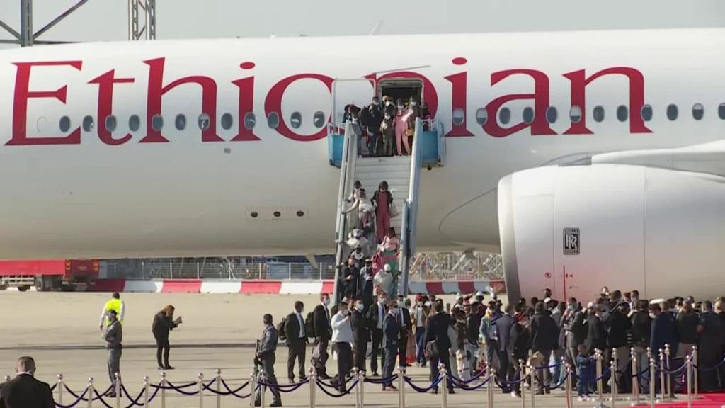 חוזרים הביתה: מאות עולים מאתיופיה הגיעו לישראל HkeP1CM8sw_0_0_1280_720_0_x-large