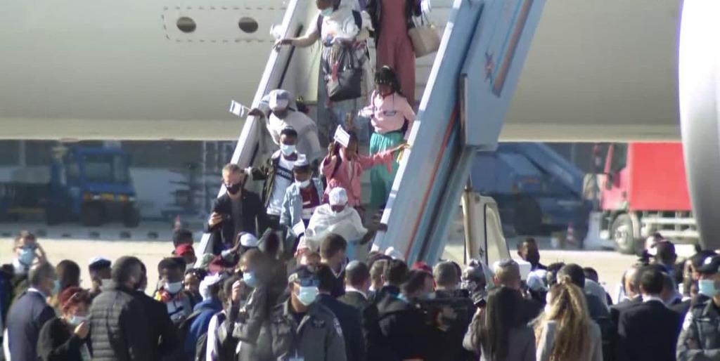 חוזרים הביתה: מאות עולים מאתיופיה הגיעו לישראל SkGKhTfUiw_0_0_1280_642_0_x-large