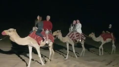 מספר זוגות ישראלים רוכבים על גמלים במדבריות דובאיים