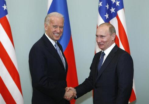 """ארכיון 2011 סגן נשיא ארה""""ב ג'ו ביידן עם נשיא רוסיה ולדימיר פוטין"""