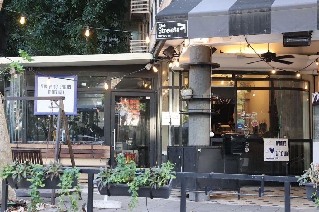 בית קפה עם שלט שפתוח ל TA לאחר ההקלה בהגבלות