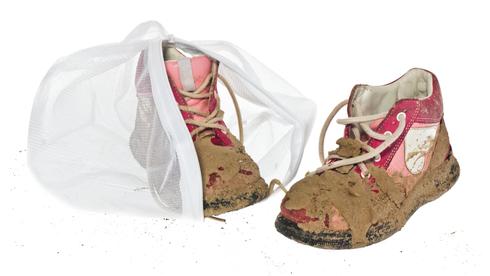 מכניסים נעליים? נקו אותם לפני והכניסו לשק, שהשרוכים לא יגרמו לנזק למכונה
