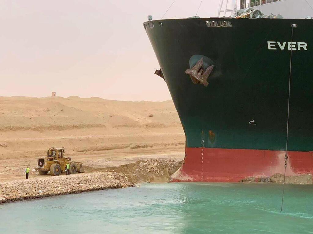 """פקק של 200 ספינות בסואץ: """"האונייה תקועה כמו לווייתן על החוף"""" RJt33KOV00_0_0_3000_2246_0_x-large"""
