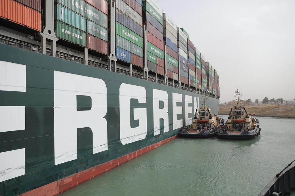 """פקק של 200 ספינות בסואץ: """"האונייה תקועה כמו לווייתן על החוף"""" Byge79b9VO_0_0_2133_1420_0_x-large"""