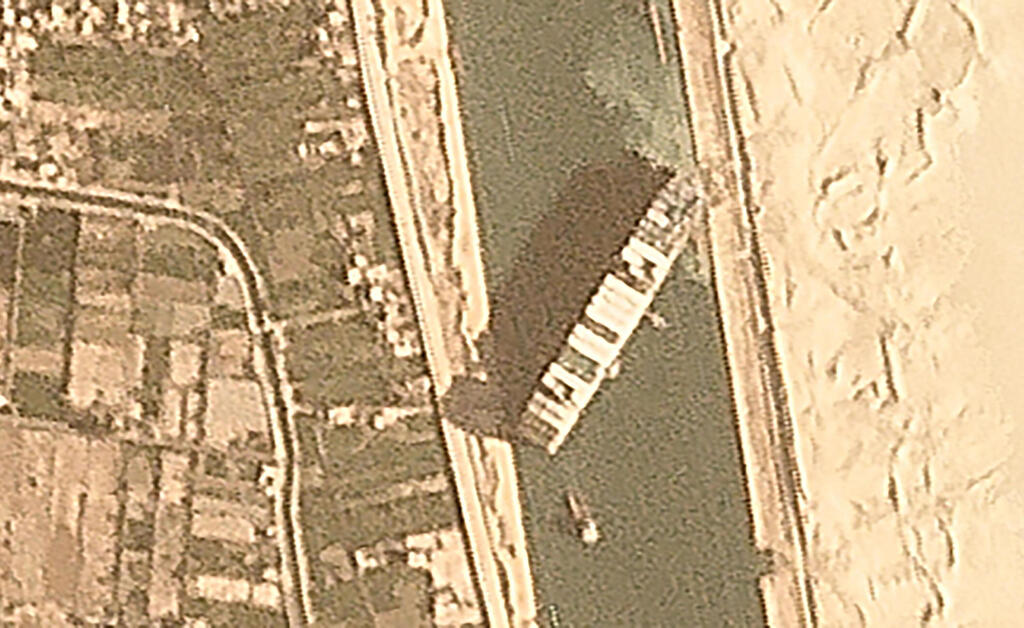 """פקק של 200 ספינות בסואץ: """"האונייה תקועה כמו לווייתן על החוף"""" HkgQ5WcNu_0_0_3000_1840_0_x-large"""