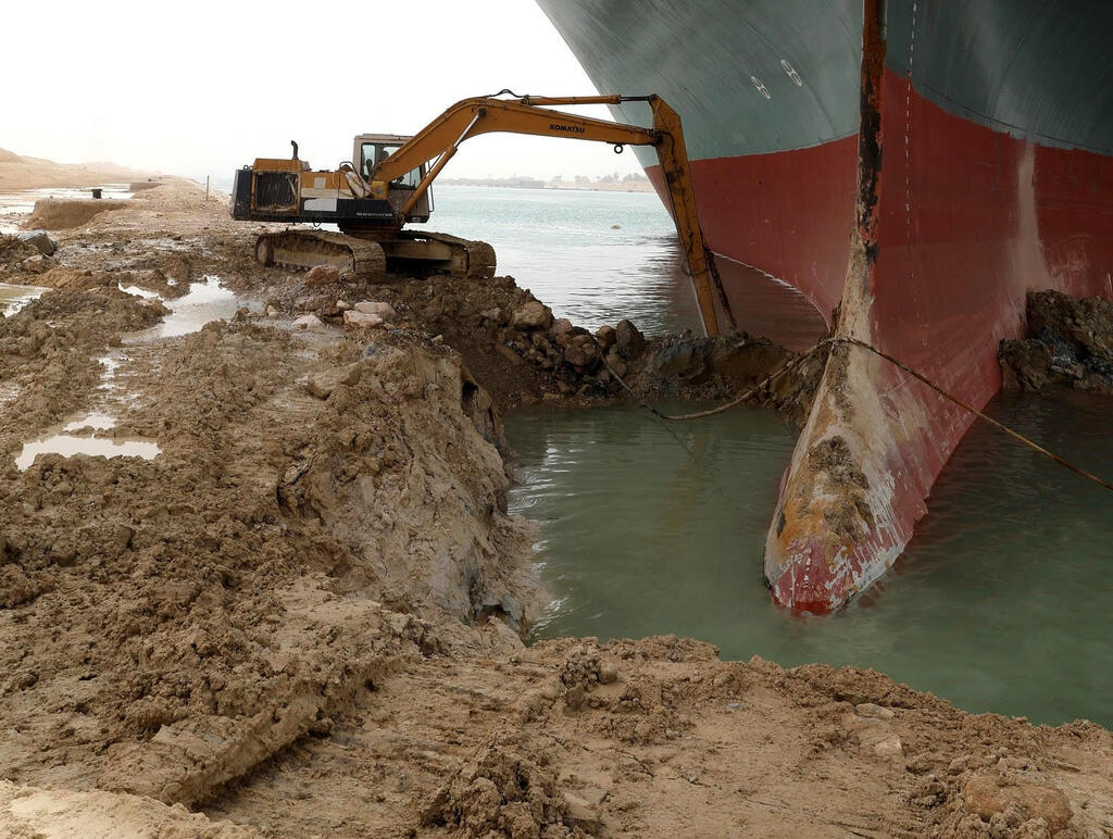 """פקק של 200 ספינות בסואץ: """"האונייה תקועה כמו לווייתן על החוף"""" SJfxm9ZcVO_0_0_1533_1155_0_x-large"""