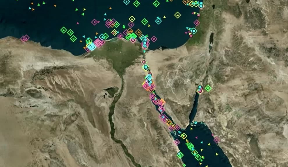 """פקק של 200 ספינות בסואץ: """"האונייה תקועה כמו לווייתן על החוף"""" RyjyvG94d_0_0_990_575_0_x-large"""