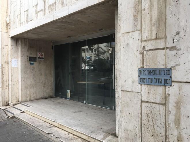 הכניסה המוזנחת לבניין כיום. יום אחד זה יוביל לובי המלון
