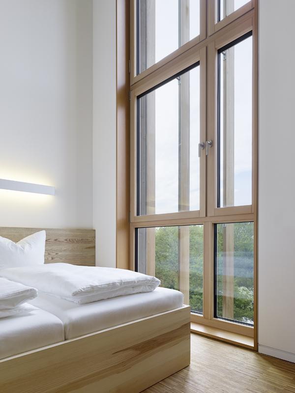 חלונות עץ בעלי בידוד תרמי ואקוסטי משופר. תכנון: Barkow Leibinger,  צילום: Zooey Braun