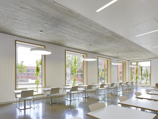 חדר האוכל הפונה דרומה ונהנה משפע של אור טבעי וקרני שמש מחממות בחודשי החורף הקרים.  צילום: Zooey Braun
