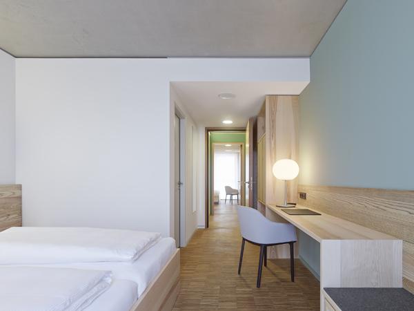 עיצוב פנים של חדרי המלון עושה שימוש בעץ מקומי. תכנון: Barkow Leibinger,  צילום: Zooey Braun