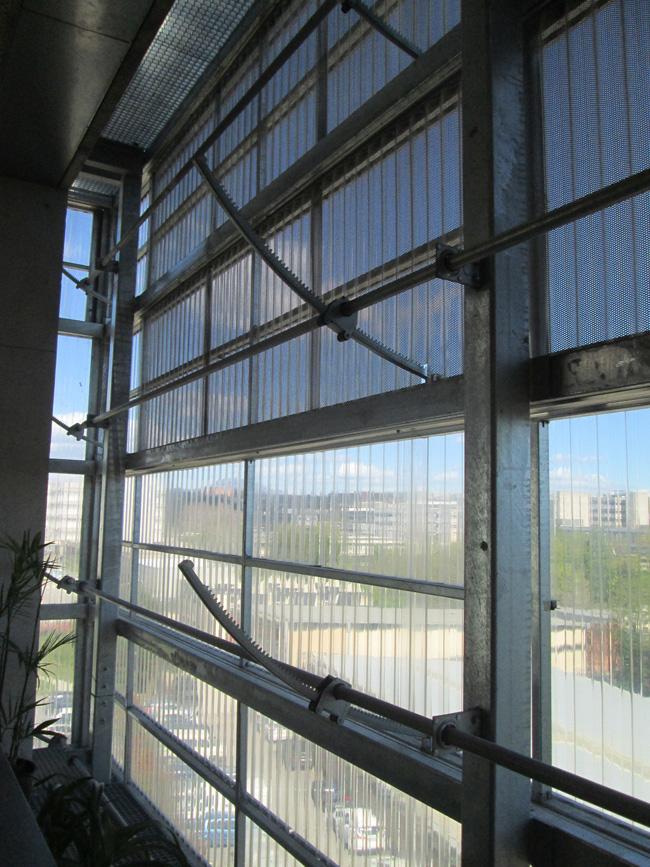 פרט תריסים מתכוננים במעטפת, המאפשרים למבנה להפתח ולהסגר לפי תנאי האקלים. צילום: יעל גלעד