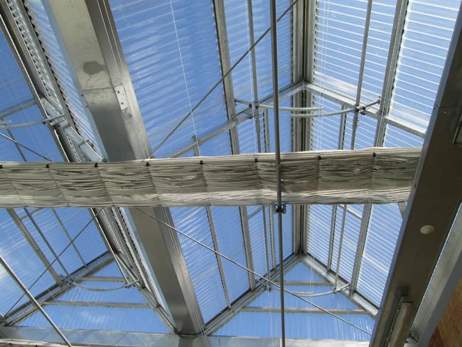 פרט תריסים מתכוננים על הגג, פוליקרבונט פשוט של חממות. צילום: יעל גלעד