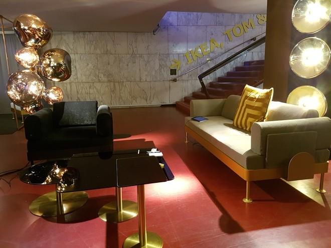 בתוך האולם הישן, שלט מורה ליציע (איקאה) ופינות הסבה עם הספה המשותפת של המעצב והשוודים