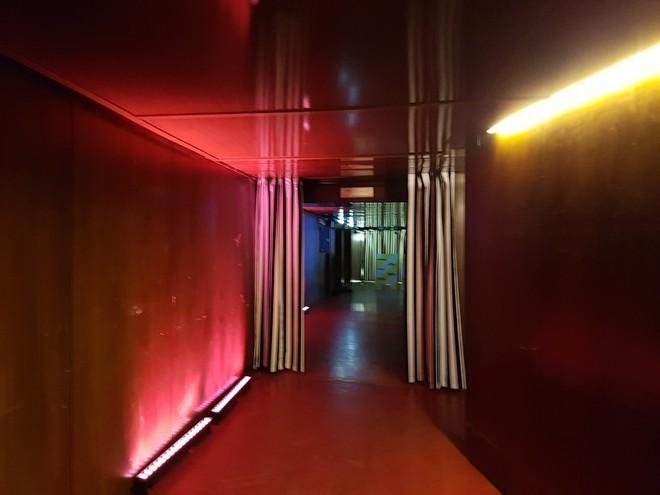 האורות האדומים מובילים לאולם