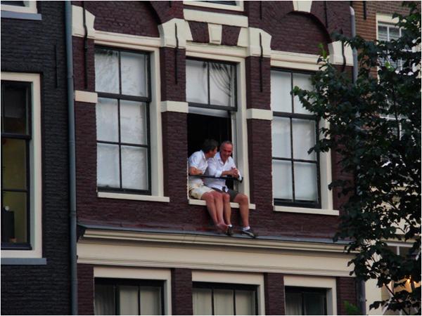 על אדן חלון של בית טורי במרכז העיר