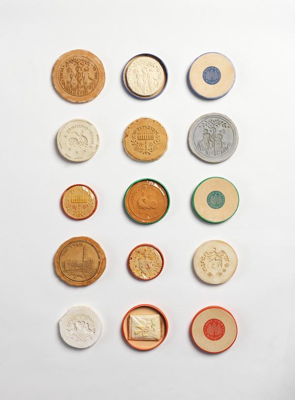 מרציפנים וקופסות מרציפן מעשה ידי פרנציסקה ברוך, ראשית שנות ה– 40. מן הדימויים שעליהם עולה דמותה הבינלאומית של ירושלים לפני 1948 /