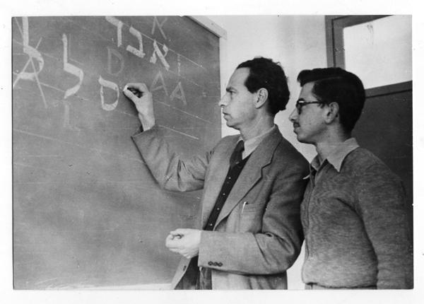 הנרי פרידלנדר מלמד בדפוס לימודי בירושלים, שהוא עמד בראשו בשנים 1970-1950 /