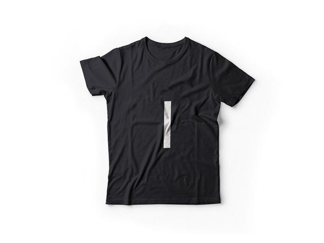 הקו הבודד על גבי חולצה ממותגת / עיצוב: פירמה