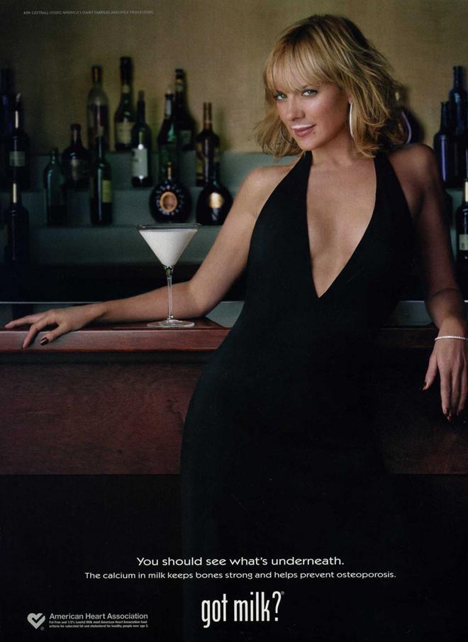 קים קרטל, שחקנית ״סקס והעיר הגדולה״ על כרזה משנת 2002