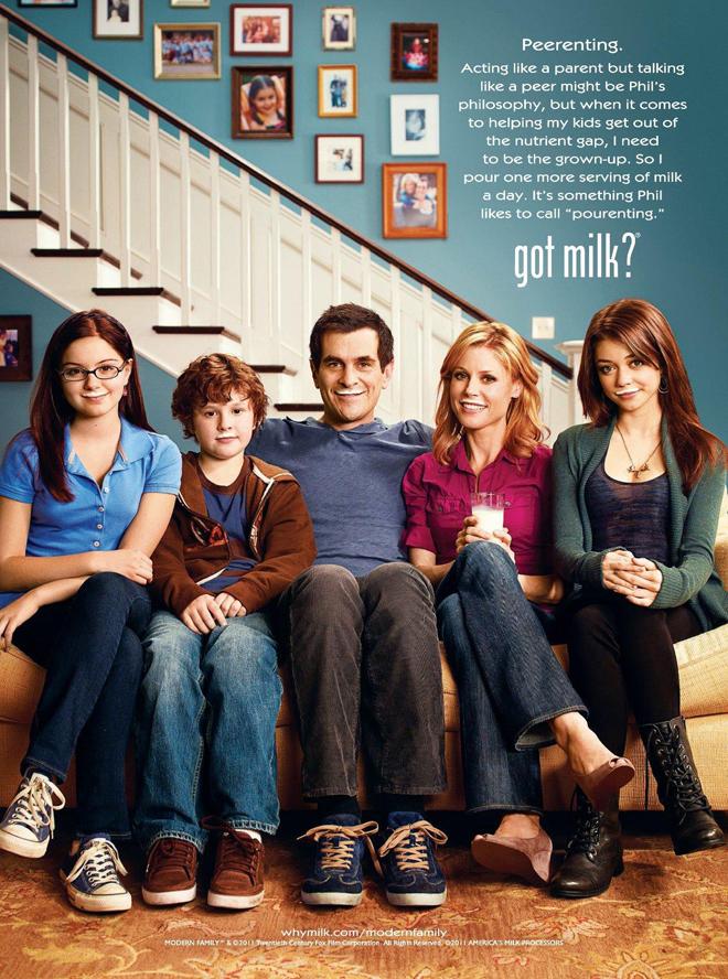 שחקני הסדרה ״משפחה מודרנית״ על כרזת הקמפיין משנת