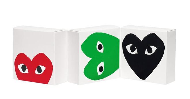 אייקון הלב עם העיניים על גבי הבשים של PLAY לקום דה גרסון / עיצוב: פיליפ בוקובסקי
