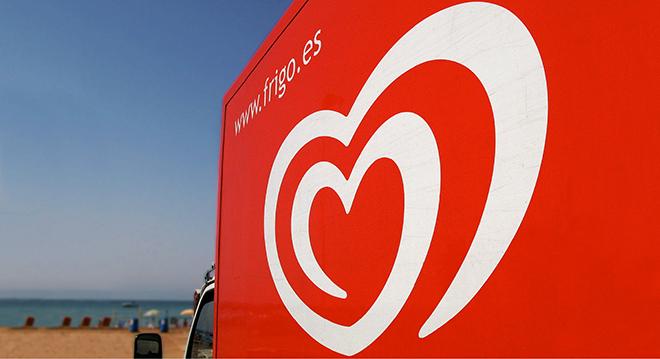 שלט עם האייקון הספירלי המפורסם על חוף הים / מתוך האתר של סטודיו המיתוג קארטר וונג