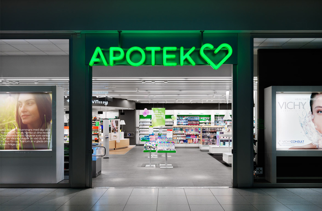 שלט הלוגו בכניסה לאחד מבתי המרחקת הלוגו של Apotek Hjärtat / לקוח מהאתר של BVD