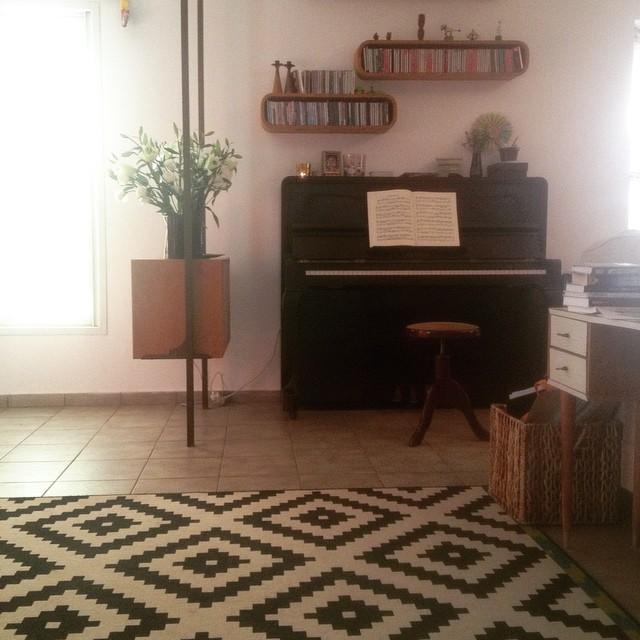 שטיח LAPPL של איקאה, משדרג כל חלל (ומסתיר כל רצפה) גם אצלי בבית. עם רהיט וינטג' וברזל שחור ברקע..