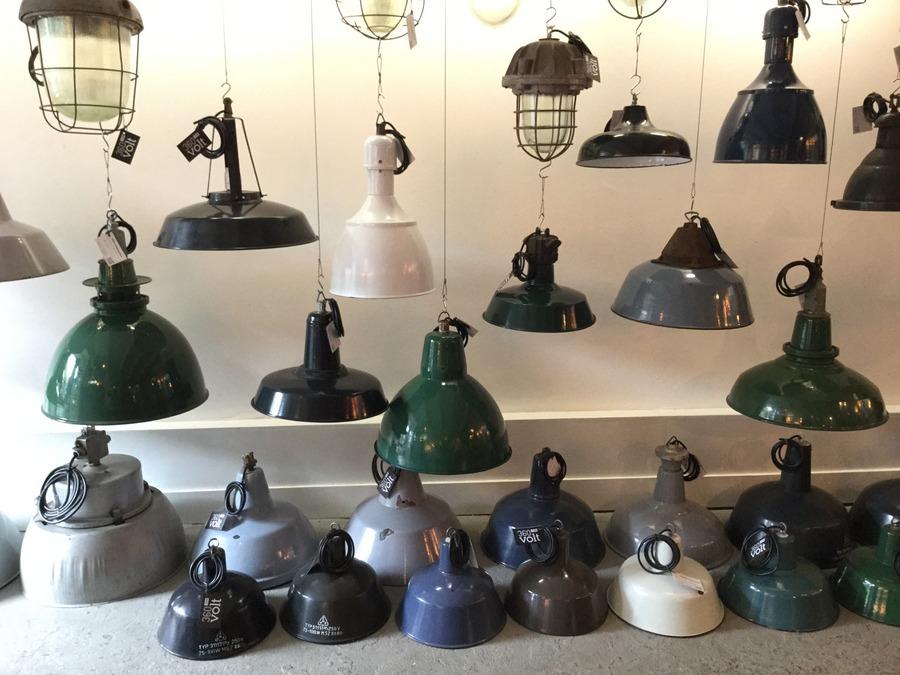 מנורות וינטג' תעשייתיות בחנות באמסטרדם