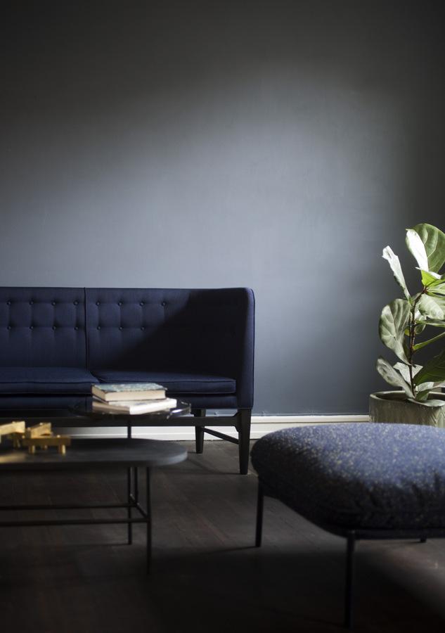 ספה בכחול כהה על רקע קיר כהה, מתוך הקטלוג של and tradition