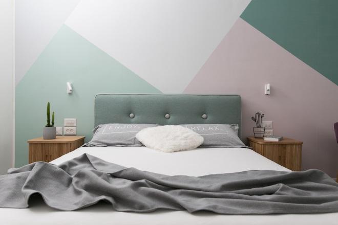 קיר גיאומטרי בגב המיטה בעיצוב רונה טמקין. צילום: שירן כרמל