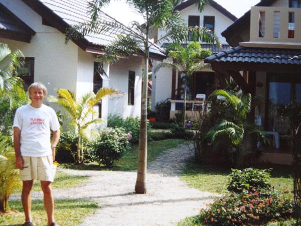 ריצ'ארד דורינג לצד הבונגלוס שלו, לפני הגל האדיר. באדיבות ריצ'ארד דורינג
