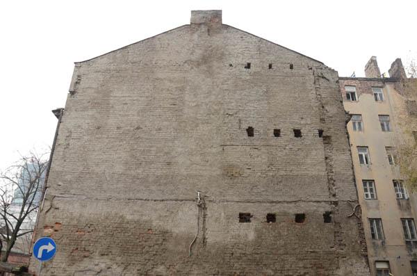קירות אש חשופים, מדופן נסתרת לחזית נוכחת המספרת את הרס הסביבה הבנויה (צילום:  Talmon Biran Architecture Studio)