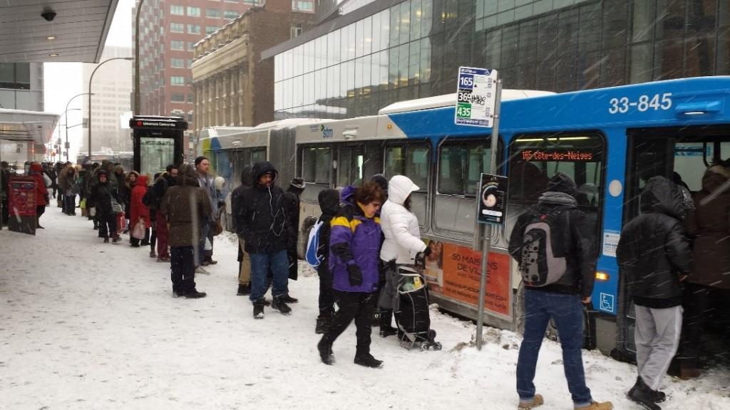 עולים על האוטובוס בשלג. בקנדה, התור מסודר גם בשיא הקור. צילום: Ehab Dihab